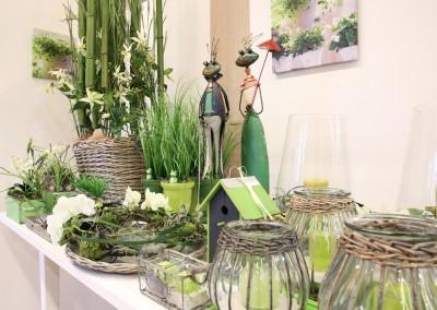 Dekoartikel aus der Green-Pink-Kollektion der Frühjahr-Sommer Ausstellung 2015 - Frosch, Windlicht und Blumen