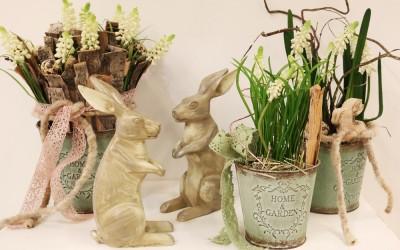 Dekoartikel aus der Ostern-Nostalgie-Kollektion der Frühjahr-Sommer Ausstellung 2015 - Osterhasen und Blumentöpfe