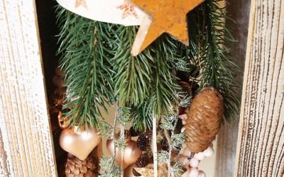 Dekoartikel aus der Natur-Kollektion der Weihnachts-Ausstellung 2015  - Tannenzapfen - Stern - Gold - Christbaumkugel