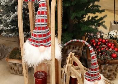 Dekoartikel aus der Rot-Weiß-Kollektion der Weihnachts-Ausstellung 2015  - Kerze - Christbaumkugel - Wichtel - Schlitten - Teelichtglas