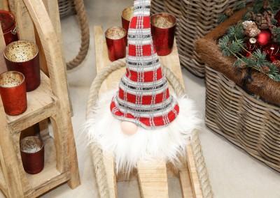 Dekoartikel aus der Rot-Weiß-Kollektion der Weihnachts-Ausstellung 2015 - Christbaumkugel - Wichtel - Schlitten - Teelichtglas