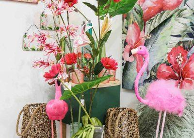 063-willenborg-deko-fruehling-ostern-tropical-sommer-tropisch-pink-rosa-flamingo-korb-vase-pflanze-kunstblume-gruen-federn