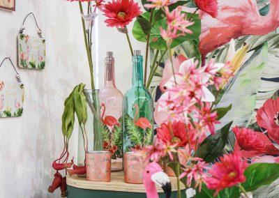 065-willenborg-deko-fruehling-ostern-tropical-sommer-tropisch-pink-rosa-flamingo-flasche-vase-pflanze-kunstblume-gruen-federn