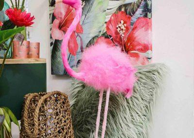 066-willenborg-deko-fruehling-ostern-tropical-sommer-tropisch-pink-rosa-flamingo-korb-kissen-vase-pflanze-kunstblume-gruen-federn