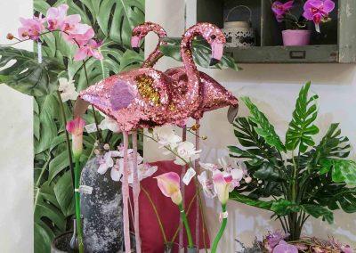 067-willenborg-deko-fruehling-ostern-tropical-sommer-tropisch-pink-rosa-flamingo-pailletten-wendepailletten-vase-pflanze-kunstblume-gruen-monstera-summer