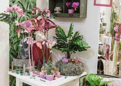 074-willenborg-deko-fruehling-ostern-tropical-sommer-tropisch-pink-rosa-flamingo-pflanze-kunstblume-summer-monstera
