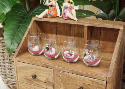 085-willenborg-deko-fruehling-ostern-tropical-sommer-tropisch-pink-rosa-teelichtglas-holzschrank
