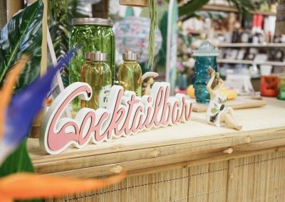 091-willenborg-deko-fruehling-ostern-tropical-sommer-tropisch-pflanze-kunstpflanze-palme-papagei-beach-bar-strand-getraenkespender-cocktail