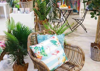096-willenborg-deko-fruehling-ostern-tropical-sommer-tropisch-pflanze-kunstpflanze-palme-papagei-beach-bar-strand-stuhl-sessel-kissen-flamingo