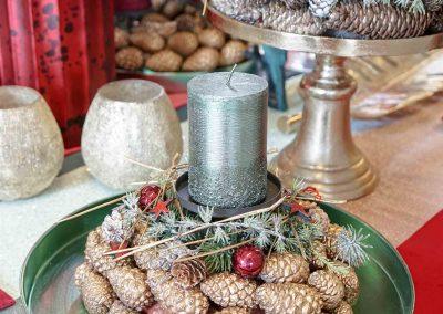 008-winter-weihnachten-deko-ausstellung-2019-willenborg-mannheim-tafelgedeck-tischgedeck-rot-gruen-gold-teelicht-kerze-zapfen-kranz