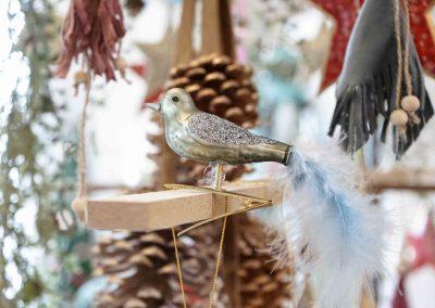 018-winter-weihnachten-deko-ausstellung-2019-willenborg-mannheim-figur-vogel-federn-christbaum