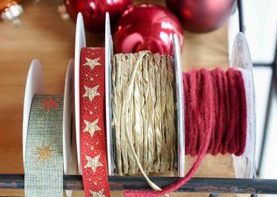 036-winter-weihnachten-deko-ausstellung-2019-willenborg-mannheim-baender-band-sterne-christbaum-kugel-gold-rot