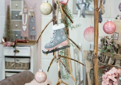 070-winter-weihnachten-deko-ausstellung-2019-willenborg-mannheim-rosa-romantik-cozy-christbaum-kugel-figuren