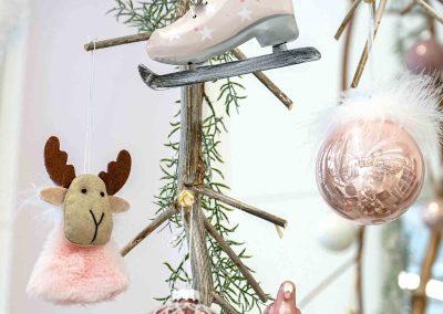 076-winter-weihnachten-deko-ausstellung-2019-willenborg-mannheim-rosa-romantik-cozy-christbaum-kugel-figur-elch-schlittschuh