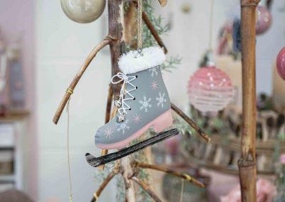 078-winter-weihnachten-deko-ausstellung-2019-willenborg-mannheim-rosa-romantik-cozy-christbaum-kugel-schmuck-schlittschuh