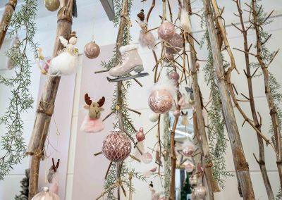 079-winter-weihnachten-deko-ausstellung-2019-willenborg-mannheim-rosa-romantik-cozy-christbaum-kugel-figur-elch-schlittschuh