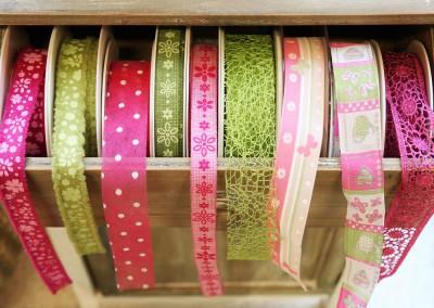 Dekoartikel aus der Green-Pink-Kollektion der Frühjahr-Sommer Ausstellung 2015 - Bänder und Stoffe